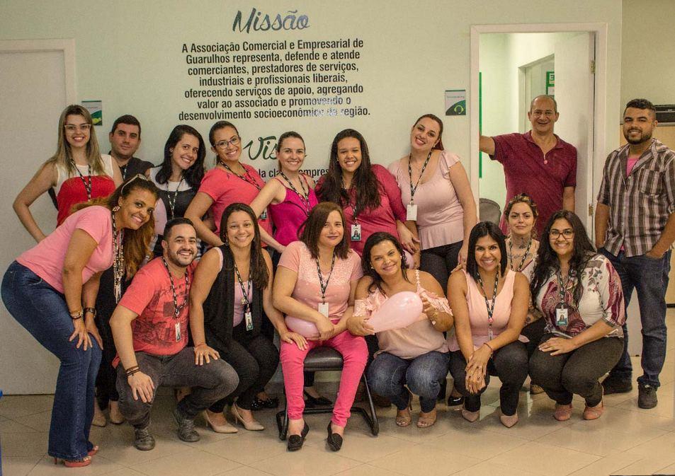 Colaboradores da ACE de rosa contra o câncer de mama