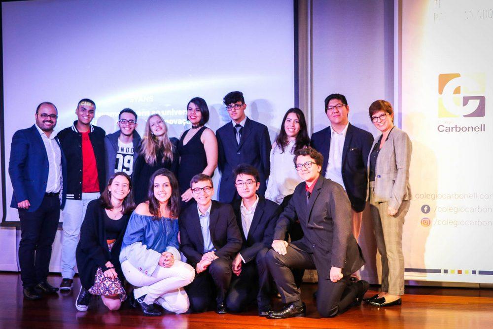 Projeto no Colégio Carbonell insere jovens no mundo da pesquisa científica
